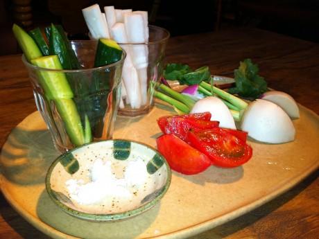 農業ミーティングでふるまわれた国分寺のお野菜。シンプルに塩のみでいただく。とにかく新鮮で美味しい