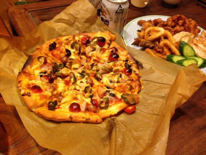 懇親会では、畑の穫れたて野菜たっぷりのピザをごちそうに。美味しかったです!