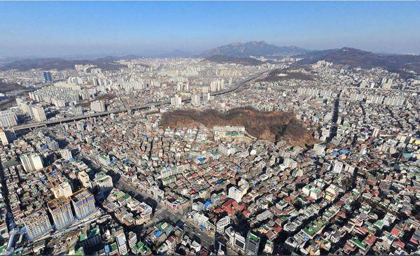 中央の緑の小丘がソンミサン(城山)