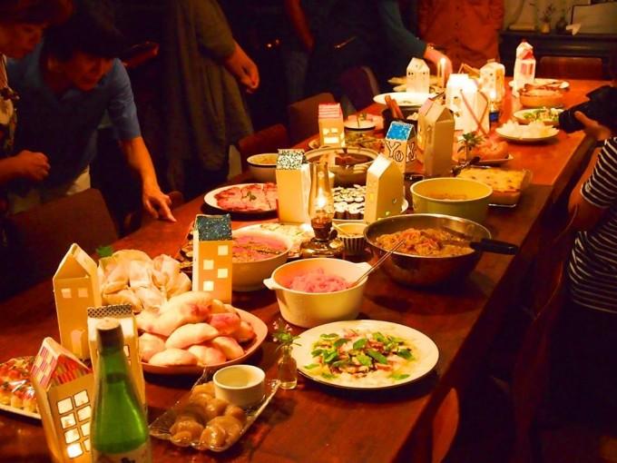 パーティーの食事も持ちより形式。あっという間に豪華な食卓に。