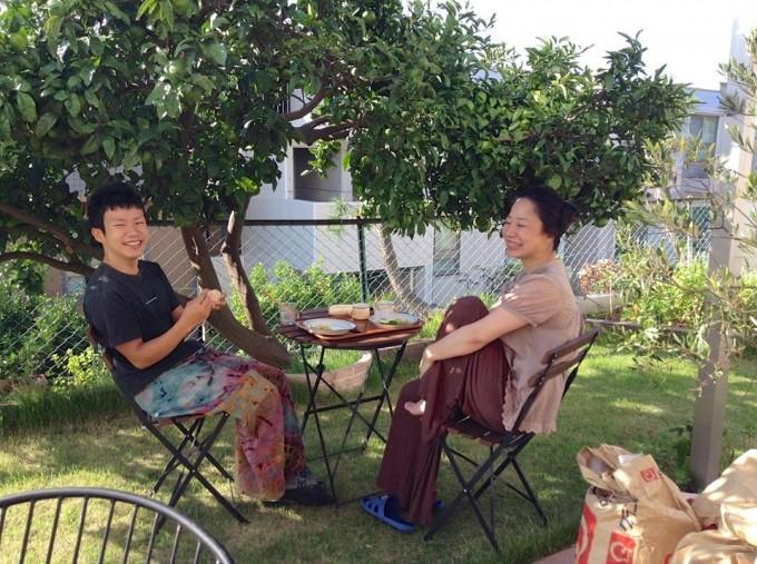 庭で食事を楽しむおふたり。