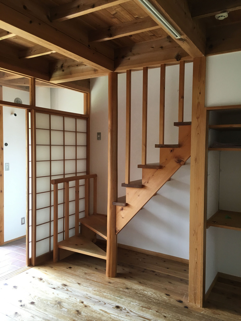 無垢の杉の床と木製階段